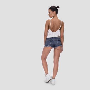 Jeansowe, krótkie spodenki z postrzępionymi nogawkami
