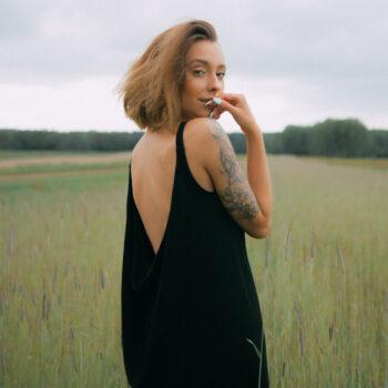 Sukienka z odkrytymi plecami SEXY BLACK z wiskozy